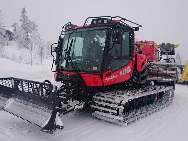 Demomaskin på lån i lett snøvær og dårlig sikt